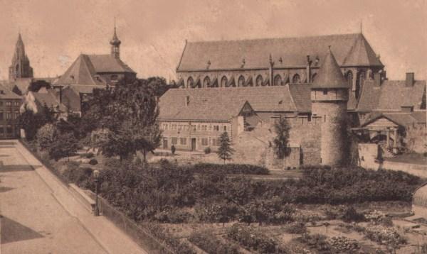 begijnenstraat-met-pater-vinktoren-en-vestingwerken-1925